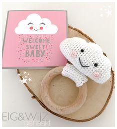 Wolkjes rammelaar / bijtring #crochet #haken #EIG&WIJZ #babygirl