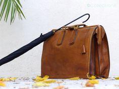 Sacoche en cuir vintage - Attaché-case cuir vintage - mid century leather briefcase par CollectionIt sur Etsy https://www.etsy.com/fr/listing/254105024/sacoche-en-cuir-vintage-attache-case