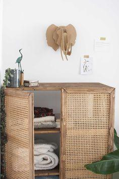 DIY black+decker zelf kast maken rattan webbing - Best Home Idea Cane Furniture, Rattan Furniture, Rustic Furniture, Furniture Decor, Furniture Removal, Cheap Furniture, Buffet Ikea, Porta Diy, Home Crafts