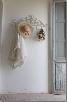 i love shabby chic Cottage Shabby Chic, Rose Cottage, Shabby Chic Homes, Shabby Chic Decor, Cottage Style, Romantic Cottage, White Cottage, Rustic Towel Rack, Chabby Chic