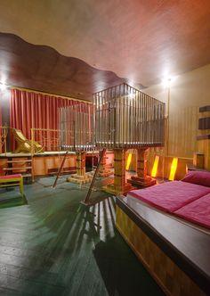 EINE NACHT IM VERRÜCKTESTEN HOTEL DEUTSCHLANDS: Die Propeller Island City Lodge in Berlin ist mehr Kunstobjekt als Hotel. Hier kann man die Nacht in einer Gruft, Gummizelle oder im Speicher verbringen. TRAVELBOOK hat das audio-visuelle Projekt des Künstlers Lars Stroschen besucht: http://www.travelbook.de/deutschland/Travelbook-testet-das-verrueckteste-Hotel-Deutschlands-492672.html