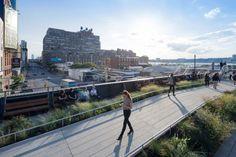 New York, blühendes Grün und… alte Eisenbahngleise. Diese drei Elemente bilden eine harmonische Ganzheit im Park High Line. Am 21. September wurde der dritte Teil dieser ungewöhnlichen Grünanlage eröffnet.  Quelle: www.architizer.com Der Ve ...