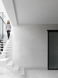 U kunt de verschillende formaten van de bekleding Altitude combineren, voor een modern, geometrisch motief dat wordt benadrukt door de afgeschuinde randen. De latten worden eenvoudig gekoppeld met lipjes, die het plaatsen vereenvoudigen. Voor een geheel waterdichte plaatsing in een vochtige ruimte, zelfs in een douchecabine, is het waterdichte lipje
