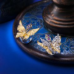 The new Carrera y Carrera collection, Universo, features 4 different lines. The first one is named Alegoría and its main motif is graceful and romantic butterflies. The rings from this line feature lots of movement. The maxi ring on the right is made in white and yellow gold with diamonds and pink sapphires and consists of an arm that simulates the branch of a tree where the butterfly embraces flowers with its antennae.   #carreraycarrera #universo #Alegoria #jeweloftheday #