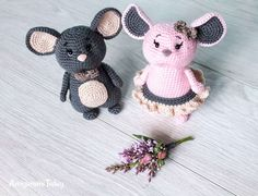 Photo above © Amigurumi Today This crochet pattern / tutorial is available for free. Crochet Mouse, Cute Crochet, Crochet Dolls, Crochet Baby, Amigurumi Doll, Amigurumi Patterns, Crochet Motifs, Crochet Patterns, Peacock Crochet