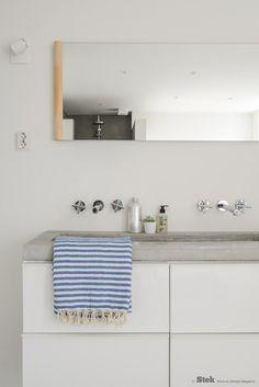 Badkamerinrichting: Wit, grijs met hout en blauwe accenten   Stek Magazine   Bathroom   Fotografie & styling: Binti Home   Blue   Concrete