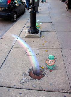 Michigan-based artist David Zinn uses chalk to draw these fun street art illustrations. A self-proclaimed doodler and word nerd, Zinn is always on the l 3d Street Art, Murals Street Art, Amazing Street Art, Street Art Graffiti, Street Artists, Amazing Art, David Zinn, Graffiti Kunst, Graffiti Artists