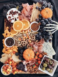 Hallowen Food, Halloween Food For Party, Halloween Candy, Diy Halloween, Halloween 2020, Charcuterie Recipes, Charcuterie And Cheese Board, Cheese Boards, Fall Recipes