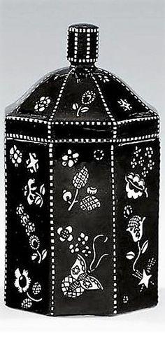 Dagobert Peche  St. Michael im Lungau 1887 - 1923 Mödling Deckeldose, Entwurf um 1912, Ausführung ab 1919  Ausführung Gmundner Keramik, Modellnummer 309  Heller Scherben, schwarz-weiß glasiert  H 15 cm  Marken: GK, 309/5, Malermonogramm JP.  Deckel fachgerecht restauriert und Knauf erneuert