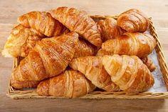 Великолепная выпечка. Пышные, воздушные круассаны с самыми любимыми начинками. 1. Круассаны вариант из фантастического теста Ингредиенты: ✔ мука — 500г ✔ молоко — 200мл ✔ масло растительное без запаха — 100мл ✔ яйцо — 1шт. ✔ дрожжи сухие — 5г ✔ соль — 2ч.л. ✔ сахар — 2ч.л. ✔ масло растопленное сливочное — 80г Приготовление: …
