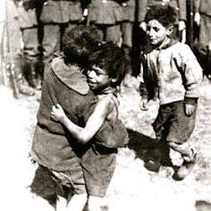 Auschwitz? Naziesoldaten op de achtergrond.  http://www.inezvanloon.com/nl_mijnzusje.php