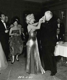 Marilyn Monroe and Charles Coburn on the set of Gentlemen Prefer Blondes, Marilyn Monroe Smoking, Marilyn Monroe Photos, Marylin Monroe, Gentlemen Prefer Blondes, 1960s Looks, Cinema, Lonely Heart, Norma Jeane, Vintage Hollywood