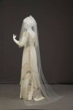 Wedding dress, 1911 Chicago History Museum : Museum Collection