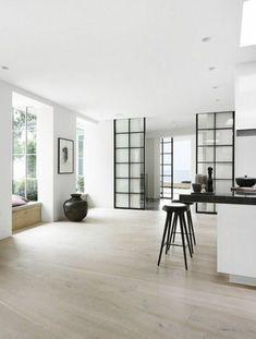 cloison amovible ikea, sol en parquette clair, chaises de bar noirs, porte en verre d'intérieur