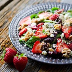 Strawberry & Gorgonzola Quinoa Salad is a deliciously easy 10 minute salad recipe loaded with walnuts and quinoa for a filling vegetarian salad Healthy Salad Recipes, Healthy Snacks, Vegetarian Recipes, Vegetarian Salad, Farro Recipes, Steak Recipes, Healthy Eating, Brunch Recipes, Easy Dinner Recipes