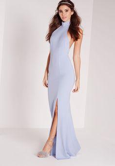 Faites-vous un look chic des pieds à la tête dans cette robe longue bleu clair absolument irrésistible. Col montant, dos nu, couleur tendance, fente sexy, on a complètement craqué ! Portez-la avec des talons hauts et une pochette assor...