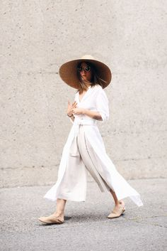 Make an all-white outfit work for you by accessorizing the right way: http://styledoctors.com/how-to-style-all-white-outfits/