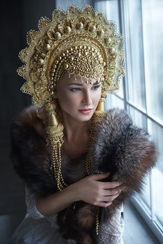 All bogged down: the Siberian woman sews unusual hats for the most beautiful girls of Russia Russian Beauty, Russian Fashion, Mode Russe, 4k Photography, Fantasy Costumes, Fairy Costumes, Tiaras And Crowns, Mode Inspiration, Headgear