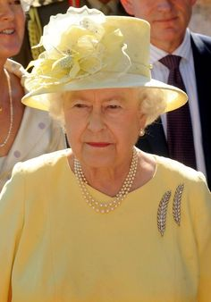 "The feather brooches!! MAKE AN OVERVIEW OF HATS OF QUEEN ELIZABETH II OF ENGLAND ""2016 TO 2007"" - PRINCESS MONARCHY"