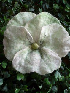 Anstecker - Blüten - Stiefmütterchen gefilzt, Filzblüten-Brosche - ein Designerstück von Maison-Marie-Charlott bei DaWanda