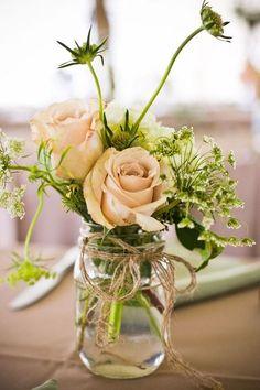 Frascos con flores como centros de mesa sencillos y muy boho chic   Centros de Mesa para Boda Económicos y Originales