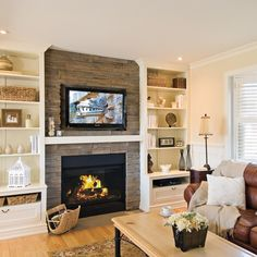 Les joies d'un foyer au salon Fireplace Feature Wall, Family Room Fireplace, Home Fireplace, Fireplace Remodel, Fireplace Design, Fireplaces, New Living Room, Home And Living, Living Room Decor