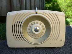 Vintage RCA Victor Model X-552 Golden Throat Tube Radio Powers On Loud Hum