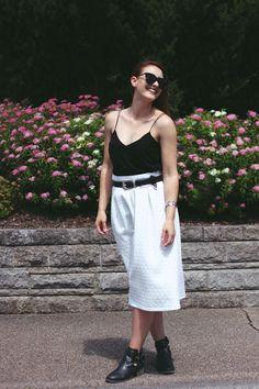Outfit: Weißer Midirock und schwarze Boots. #newlook #midiskirt #fashionblogger #blogger #blogger_de www.echo-of-magic.de