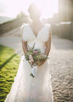 Wedding planner: Detallerie. La novia con  vestido de plumas y un bonito ramo. Bride with a feather dress and a cute bouquet.