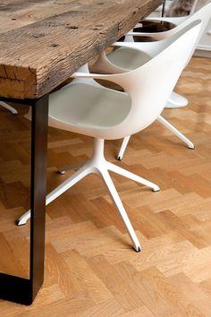 Tavolo con assi di legno di recupero e gambe in ferro