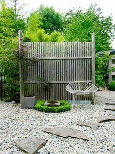 Stolen Leaf från Arper kommer till sin rätt i den sparsmakade miljön. Garden Shop, Dream Garden, Tiny Garden Ideas, Gravel Landscaping, Garden Privacy, Garden Solutions, Colorful Garden, Garden Inspiration, Outdoor Gardens