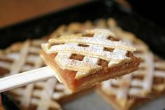 Skvelý jablkový mrežovník. S cestom sa veľmi dobre pracuje. Netrhá sa a ide vyvaľkať celkom na tenko. Z tohoto cesta môžeme pripravovať aj štrúdle, alebo drobné koláčiky. Plech: 35x35cm Eastern European Recipes, Czech Recipes, Xmas Cookies, Sweet And Salty, Dessert Bars, Amazing Cakes, Apple Pie, Great Recipes, Food And Drink