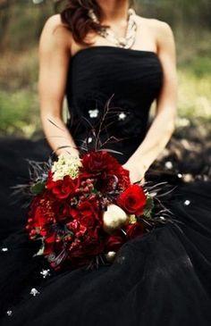 black wedding dress with red wedding bouquet Black Wedding Gowns, Red Rose Wedding, Black Weddings, Winter Weddings, Burgundy Wedding, Floral Wedding, Vampire Wedding, Gothic Wedding, Medieval Wedding