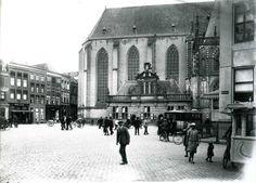"""Grote Markt in 1922 naar de Hoofdwacht uit het noordwesten. Voor De Harmonie (rechts) een autobus, rechts op de voorgrond op de kop van de Melkmarkt nog net te zien de ijscocar van """"De Magneet""""."""
