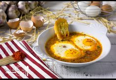 Baked eggs in sauce with fried bread Comida Keto, Baked Eggs, Canapes, Deli, Salad Recipes, Nom Nom, Bread, Baking, Breakfast