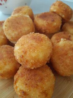 """Η Συνταγή είναι από κ.  Μαρινα Μισαηλιδου  – """"Γλυκά κουταλιού και φαγητά ....πιρουνιού!!"""".    Υλικα:  4 ασπραδια  4-5 κ.σ.κοφτες κορν φλαουερ  Αλατι -πιπερι  800 γρ μαλακα τυρια τριμμενα εγω εβαλα γκουντα ,μοτσαρελλα,ρεγκατο,ενταμ.    ΕΚΤΕΛΕΣΗ  Χτυπαμε τα ασπραδια σε μαρεγκα προσθετουμε το αλατι Finger Food Appetizers, Finger Foods, Appetizer Recipes, Dessert Recipes, Ricotta, Food Network Recipes, Cooking Recipes, The Kitchen Food Network, Chef Blog"""