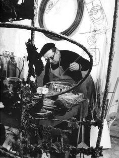 L'artista Edgardo Mannucci al lavoro