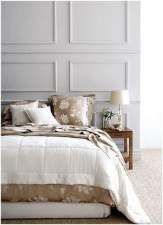 """Boiserie é uma denominação em francês que significa """"decoração com painéis de madeira"""" ou """"forro de madeira""""molduras para paredes em relevo."""