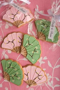 'Fan' wedding cookies. Vanilla cookies coated with royal icing  and decorated with blossoms. Très elegant!!