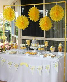 Decoración de bautizo para niño con colores amarillo, gris y blanco.