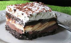 Copycat Dairy Queen Ice Cream Cake - Better than any DQ cake and its much cheaper too! The homemade fudge layer is so yummy and you can customize it with your favorite ice cream, etc. Makes a 13 X 9 pan-full of frozen goodness! Greek Sweets, Greek Desserts, Desserts Menu, Ice Cream Desserts, Greek Recipes, Dairy Queen, Cat Ice Cream, Cake Recipes, Dessert Recipes