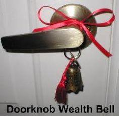 Proteger la entrada principal de la casa colocandola en el pomo de puerta una campana de la riqueza, activando asi la riqueza, para mantener el dinero se escape al aire libre.