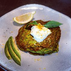 Zucchini spinach mint and walnut fritters with a dollop of natural lemon zested yoghurt! Skinny Recipes, Clean Eating Recipes, Healthy Eating, Cooking Recipes, High Protein Recipes, Healthy Recipes, Turmeric Recipes, Banting Recipes, Vegetable Sides