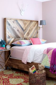 Build this gorgeous chevron reclaimed wood bed - easy to follow plans by Jen Woodhouse Chevron Headboard, Chevron Bedding, Wood Headboard, Headboard Ideas, Reclaimed Wood Beds, Repurposed Wood, Diy Wood Stain, Diy Bett, Murphy Bed Plans