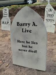 Quick and Dirty Tombstones Halloween Tombstones, Halloween Graveyard, Halloween Signs, Creepy Halloween, Outdoor Halloween, Halloween Projects, Holidays Halloween, Halloween Porch, Halloween Festival