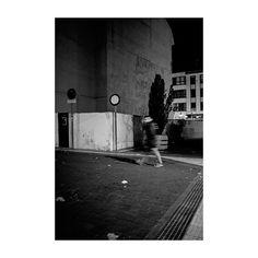 Apuntes (XXXIV) @lacalleesnuestracolectivo  #lacalleesnuestracolectivo  #majadahonda #madrid #spain #granviamajadahonda #blackandwhite #blancoynegro #streetphotography #streetstyle #sombra #shadowhunters  #igersmadrid #canon6d #35mm #picoftheday #photooftheday #night #walking #paseando