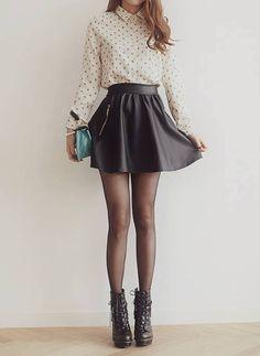 Medias+falda circular+camisola cerrada, botín estiló vintage = a outfit cómoda y moderno