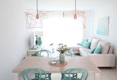Recorremos una casa en la playa, muy práctica y con colores como el blanco y el turquesa del mar. ¿Os parece la casa perfecta de vacaciones?