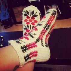 Kuvahaun tulos haulle polvekeraitasukka Knitting Socks, Knit Socks, Mittens, Knit Crochet, Slippers, Ankle, Passion, Socks, Shoes Sandals