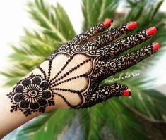 Simple Mehendi designs to kick start the ceremonial fun. If complex & elaborate henna patterns are a bit too much for you, then check out these simple Mehendi designs. Mehandi Designs Images, Mehndi Designs 2018, Modern Mehndi Designs, Mehndi Designs For Girls, Mehndi Design Pictures, Mehndi Designs For Fingers, Beautiful Mehndi Design, Henna Tattoo Designs, Henna Tutorial